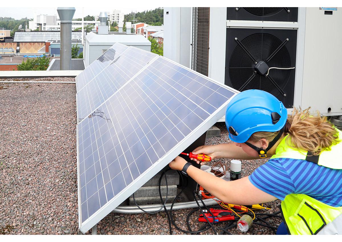 Aurinkopaneelien asennusta. Kuva Mikko Arvinen