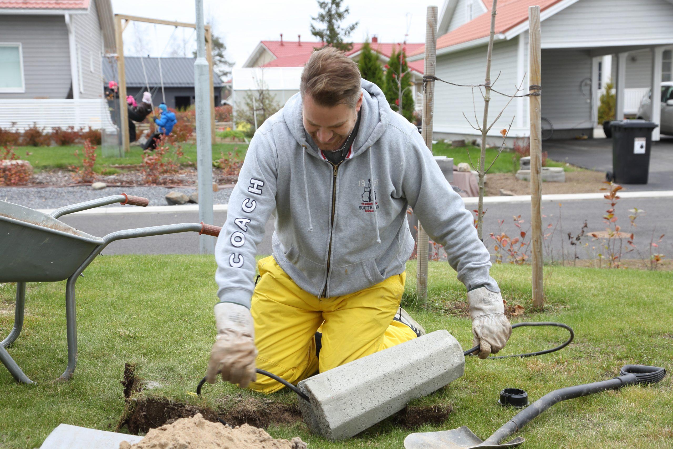 Sähkökaapeleiden ojat voi kaivaa hyvin itse sähköurakoitsijan antamia ohjeita noudattaen. Kuva Anne Yrjänä.